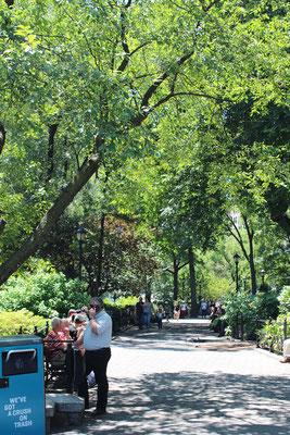 木陰でたくさんの人が憩う公園