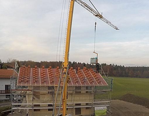 Dachdeckung eines Massivholzhauses
