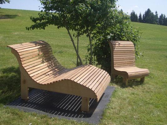 Bequeme Liege und Stuhl aus massivem, witterungsbeständigem Lärchenholz