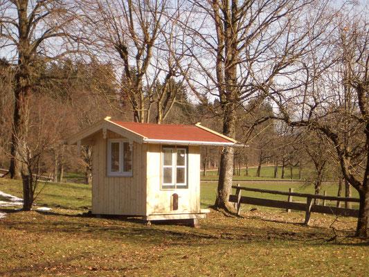 Hühnerstall mit Fenster und Tür