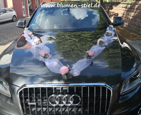 autoschmuck autodeko hochzeit autoblumen heiraten enzkreis wimsheim blumenstiel hochzeitsdeko hochzeitsfloristik auto blumenfürsauto girlande tüll