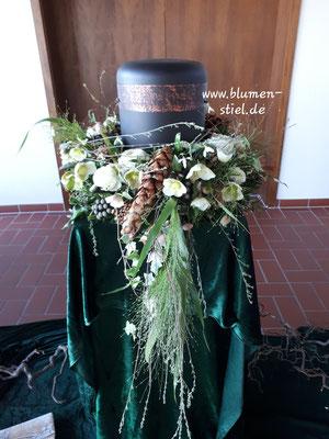 urnenschmuck urne trauerfeier beerdigung urnenkranz urnendeko friedhof grab friolzheim bestattung wimsheim enzkreis trauerfloristik blumengesteck blumenstiel