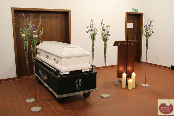Trauerfloristik Beerdigung Traeurfeier Grab Sargschmuck Deko Leichenhalle Aussegnungshalle Kerzen