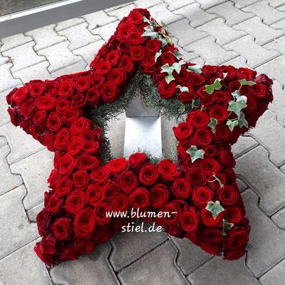 urnenschmuck urne trauerfeier beerdigung urnenkranz urnendeko friedhof grab friolzheim bestattung wimsheim enzkreis trauerfloristik blumengesteck blumenstiel stern