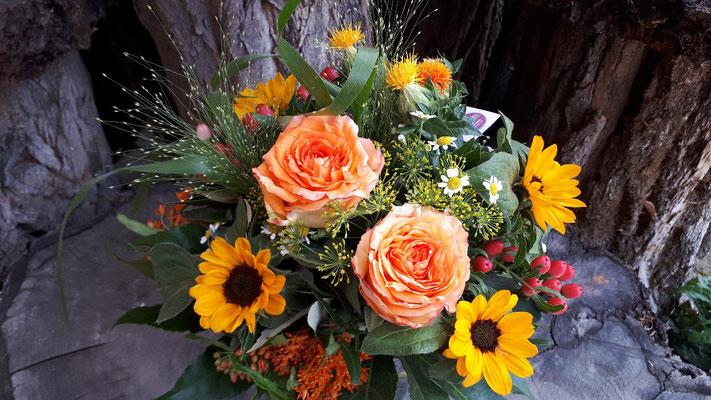 strauss blumenstrauss strauß blumenstrauß fleurop floristik blumenstiel sonnenblumen blumen flowerstogo jederverdientblumen fairtradeblumen fairtraderosen qualität blumenfachgeschäft floristik