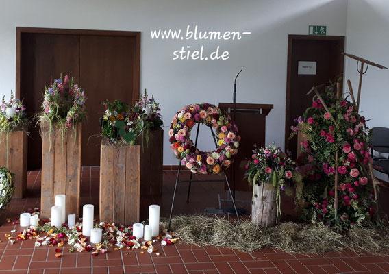 Trauerfloristik Beerdigung Traeurfeier Grab Urnenschmuck Deko Leichenhalle Aussegnungshalle Kerzen