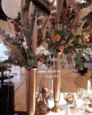 väschenfüllug vintage bohowedding tischschmuck locationdeko hochzeit hochzeitsblumen heiraten enzkreis tischdeko wimsheim vasenfüllung pampasgras blumenstiel hochzeitsdeko hochzeitsfloristik location trauung blumenfürdielocation raumschmuck schmuck