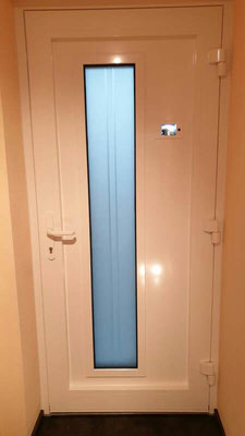 Haustüre mit eingebauten Bildschirm für Spion