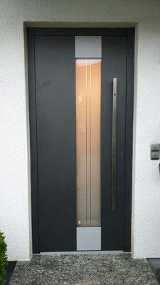 Haustüre mit Spion im Außengriff