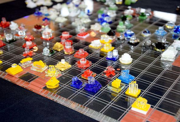 Les 180 pions sont faits en fusing, une technique de verrerie qui consiste à assembler, par superposition, des morceaux de verre collés à froid…