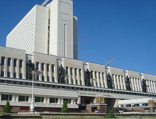 Skulpturen am Relief der Puschkin-Bibliothek - Bildhauer Wassili Trokhimchuk