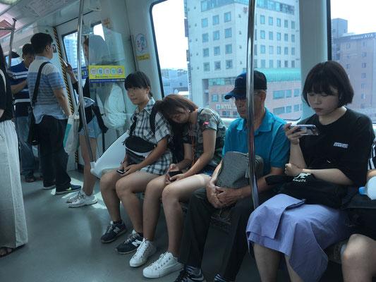 初めての地下鉄です。日本よりかなりシートは固いです^^;