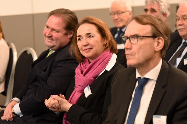 von links nach rechts: Lienenkämper (CDU), MdL; Angela Freimuth (FDP), MdL; Thomas Preis, Vorsitzender des Apothekerverbandes Nordrhein e. V. (Foto: Rolf Purpar, Agentur Pur)