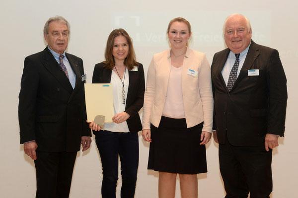 Übergabe der Urkunde und Skulptur durch VFB NW-Vorsitzenden Klein und Bürgermeister Conzen