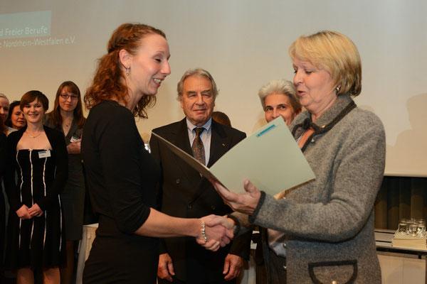 NRW-Ministerpräsidentin Kraft überreicht die Auszeichnungsurkunde