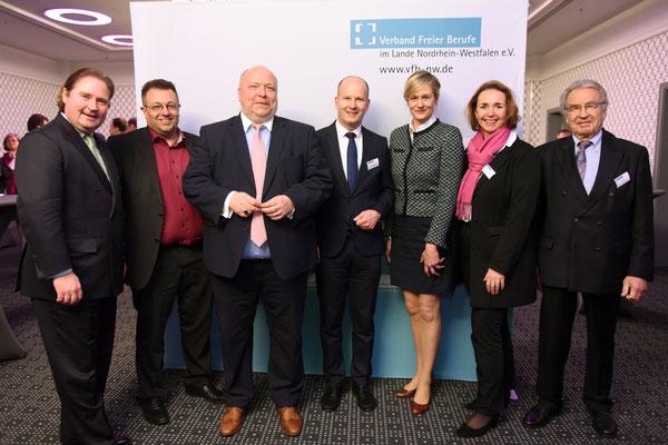 von links nach rechts: Lienenkämper (CDU), MdL;Mostofizadeh (GRÜNE), MdL; Tückmantel (Westdeutsche Zeitung); Busshuven, Geschäftsführer des VFB NW; Ministerin Kampmann (SPD); Freimuth (FDP), MdL; Klein, VFB NW-Vorsitzender (Foto: Rolf Purpar, Agentur Pur)