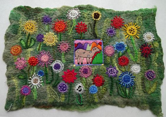 Afghanisches Schaf auf bayrischer Blumenwiese