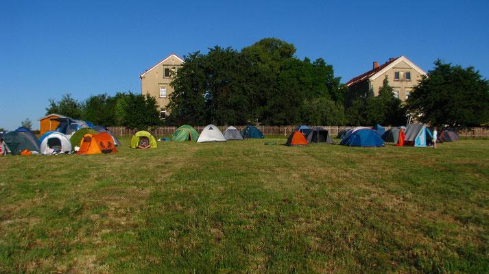 Das Zeltlager im Sonnenaufgang