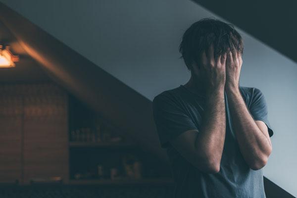 Ein Mann ist verzweifelt und steckt mitten in einer Krise oder kritischen Lebenssituation und weiss nicht wie er von alleine daraus kommen soll. Er sucht Hilfe bei Kathrin Niewohner - Resilienz-Coaching und Mentoring