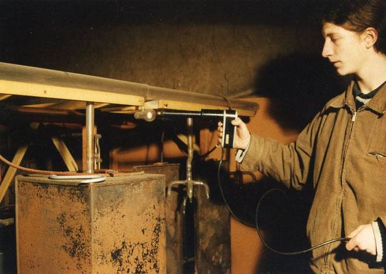 Hier stellt der Urenkel Markus Burger die Handhabung der Hochfrequenzvakuumpistole  für das Burger-Vakuoskop vor
