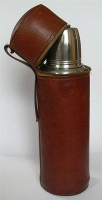 Bild: Thermosflasche mit Lederumhüllung zum Schutz gegen Schlag und Sturz ca. 1907, Thermos-Gesellschaft
