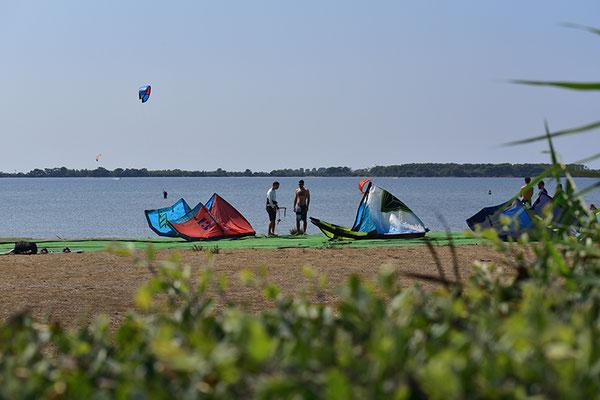 Genug Platz zum Aufbauen, Starten und Landen (Blick vor der Kiteschule Sicily Kite)