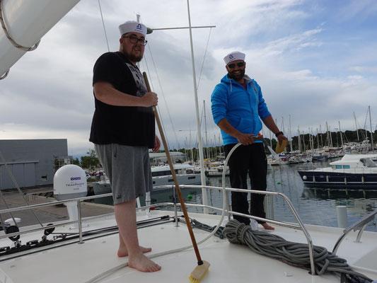 Tja, das zweitwichtigste auf einem Segelschiff: putzen, putzen. putzen.  Gut, wenn man eine Mannschaft dazu hat :-)