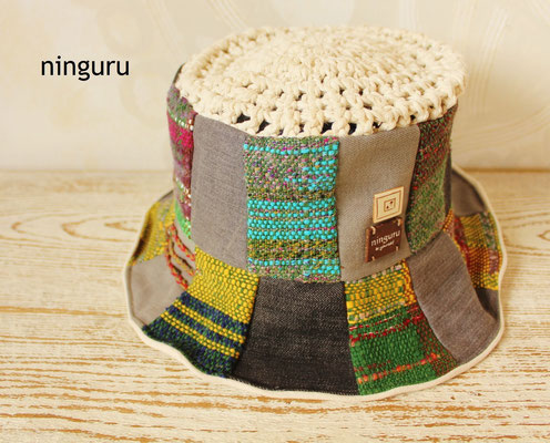帽子のトップの部分は 綿の紐の手編みです。