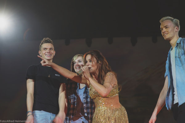 Andrea Berg singt mit Fans auf Seelenbeben Tour