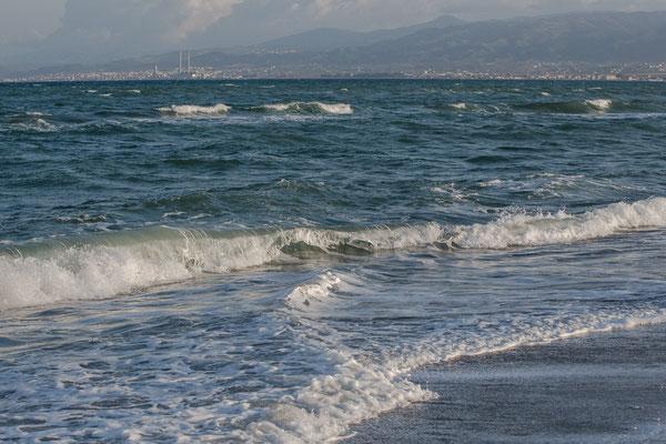 Heute war es sehr stürmisch und es kamen große Wellen an den Strand.