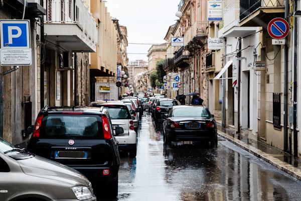 Der Hauptverkehr geht durch die Stadt, da muss man durch. Auf einer Seite wird geparkt, auf der anderen Seite läuft der Verkehr.