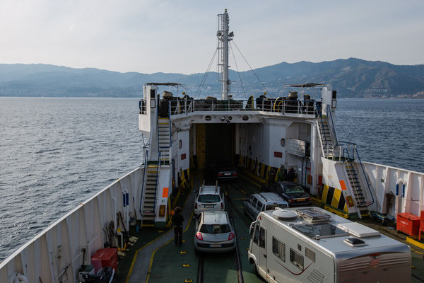 auf der Fähre von Reggio-Calabria nach Messina-Sizilien