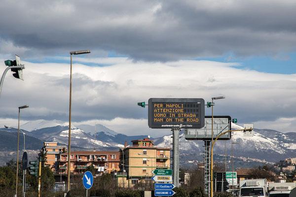 Warntafel an der Autobahnauffahrt