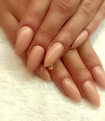 Spitze nude Nails mit goldener Ring Applikation