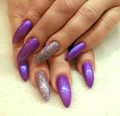 Lila metallic und sparkling pointy Nails