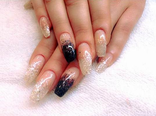 Schwarz-weiß glitzernde French Nails mit Ombré Verlauf