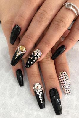 Kreatives Nail Art Design in glänzendem schwarz mit silber Strass