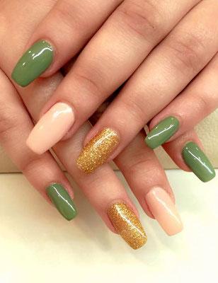 Nude, gold und grünes Nageldesign