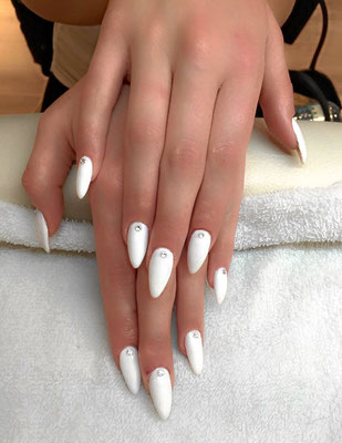 Plain white pointy Nails mit filigranem Strass