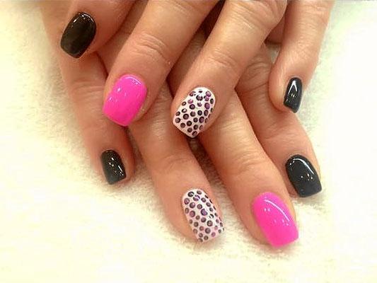 Schwarz, pink und animal printed variierende Nägel