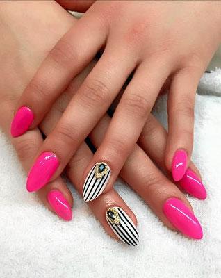 Hot Pink und schwarz-weiß gestreifte spitze Nägel mit Applikationen
