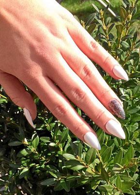 Weiße und glitzernde, pointy Nails