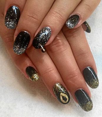 Schwarze Nägel mit gold und silber sparkling Ombré Verlauf