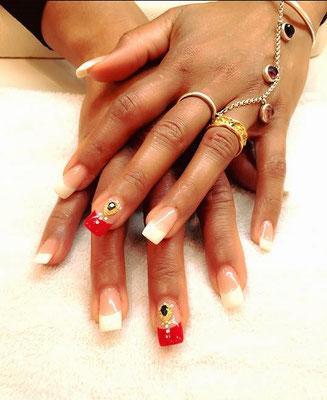 French Nails variierend mit weißem und rotem Tip und orientalischen Applikationen