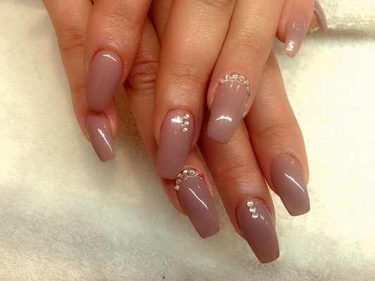 Nageldesign in mauve mit Strass