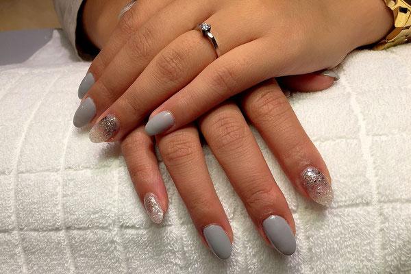 Grau und clear sparkling variierendes Nageldesign