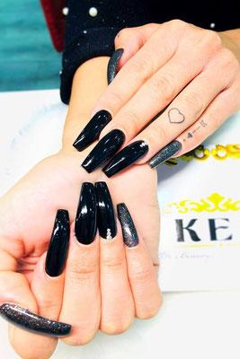 Lange Kunstnägel in schwarz-glänzendem Design mit silber Glitzer