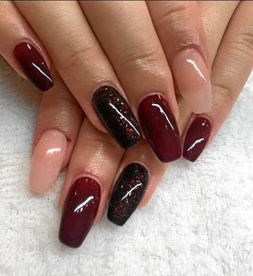 Nude und weinrot variierende Nails