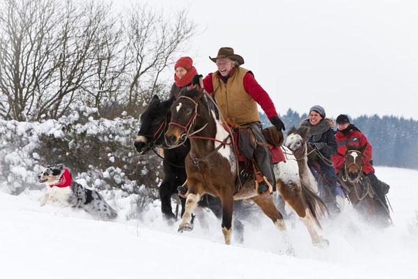 RossFoto Dana Krimmling Pferdefotografie Fotografien vom Wanderreiten Piets Adventure Trails Piet Rott Reiten im Winter Schnee