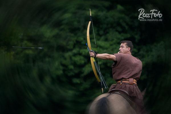 Horseback archery; Berittenes Bogenschießen; Steppenreiter; RossFoto Dana Krimmling; westernreiten; Bogenschütze; Mounted horseback archery; Waldrandranch Baasem; Christoph Neugebauer; Jens Vogt; Ali Ghoorchian